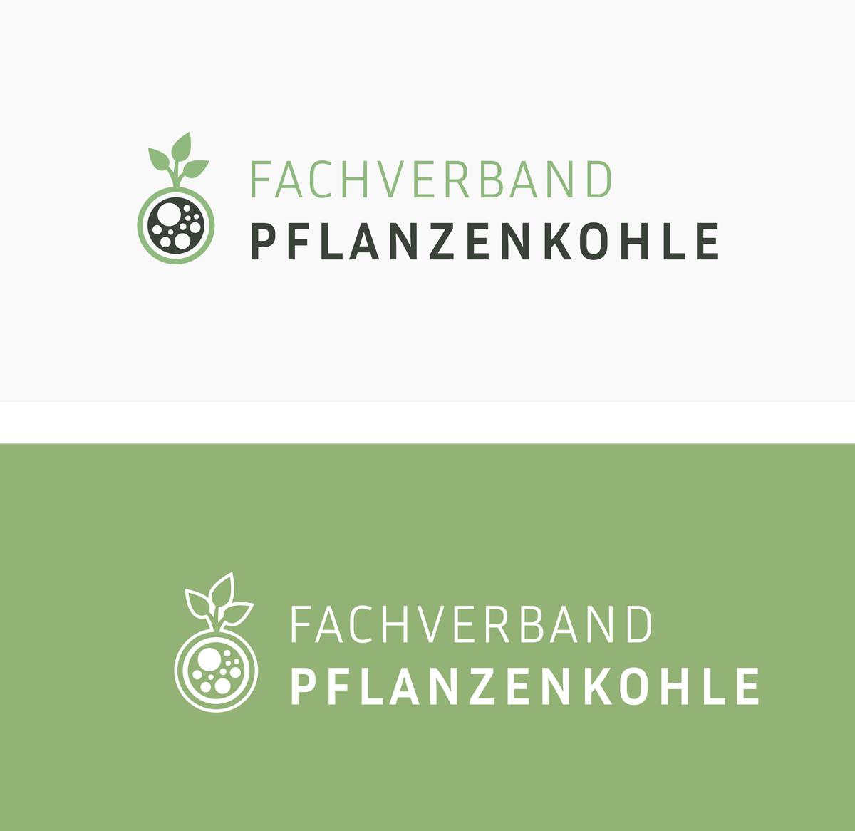 2 Versionen des Logos Fachverband Pflanzenkohle, farbig und weiß auf grün