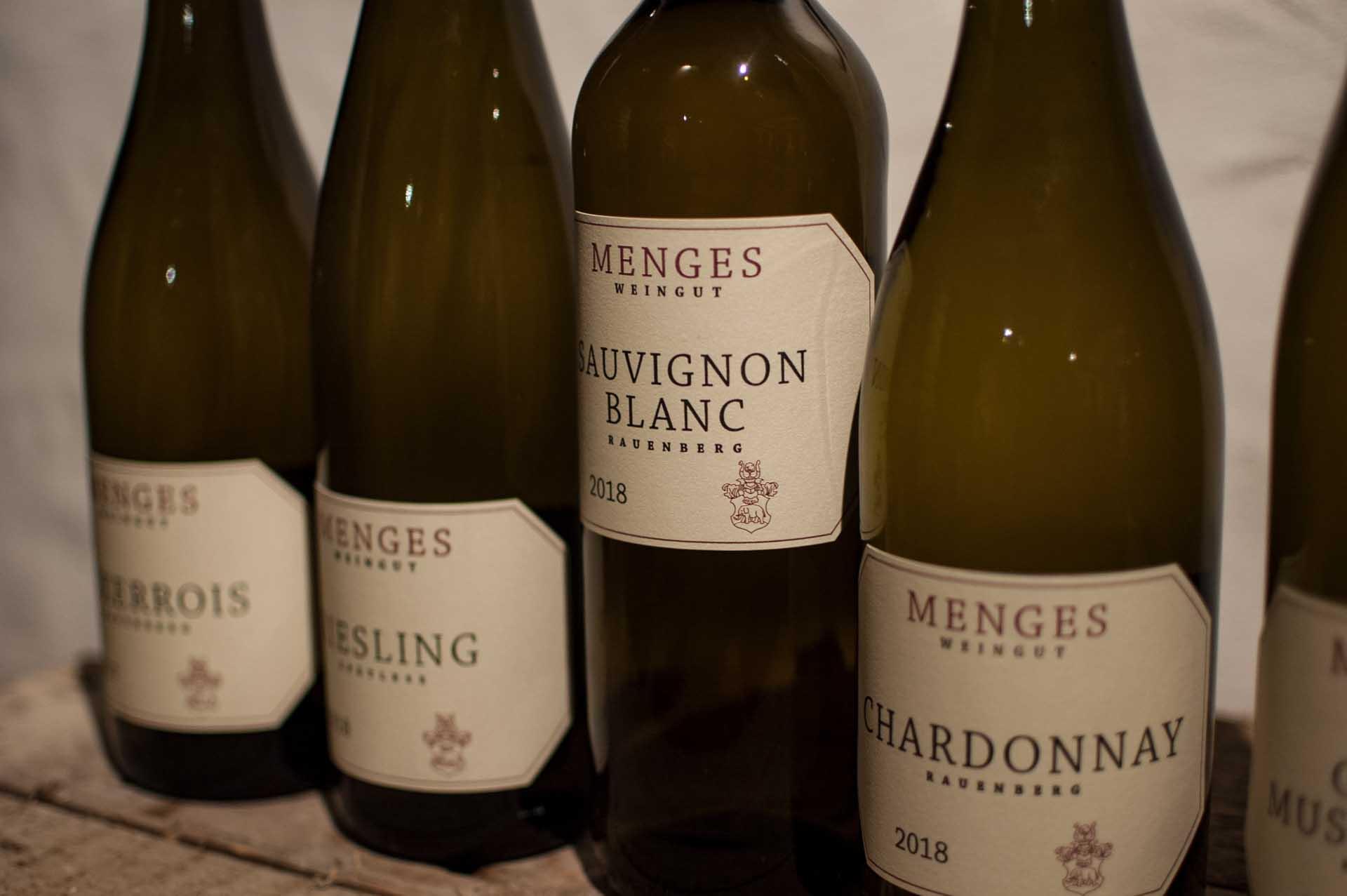 Fotografie verschiedene Flaschen Wein mit Fokus auf Etikett