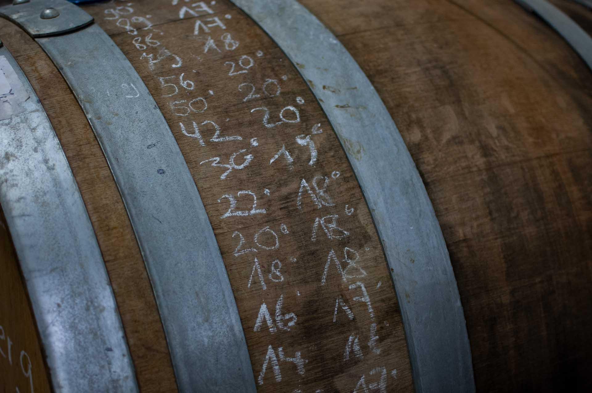 Weinfass mit Kreideanschrieb des Mostgewichtes und der Temperatur